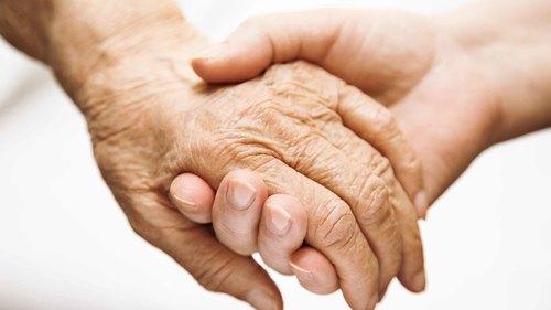 高齢者の表皮剥離や皮下出血などの皮膚トラブルの原因と対処法について【介護の基礎知識】