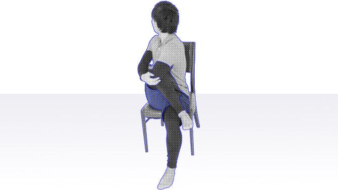 椅子座位でご高齢者の女性に多い変形性膝関節症(外反膝)の予防のストレッチ体操