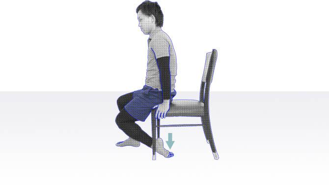 座位でできる「前脛骨筋」といわれるスネに付着する筋肉をストレッチ