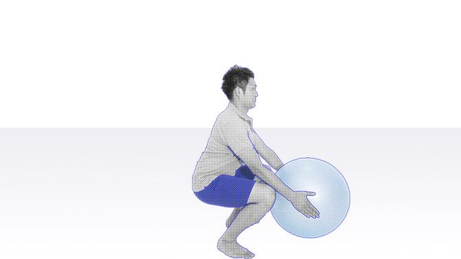 バランスボールで太ももやお尻、背中を鍛えるスクワットのトレーニング2