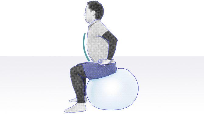 バランスボールの上に座るトレーニング1