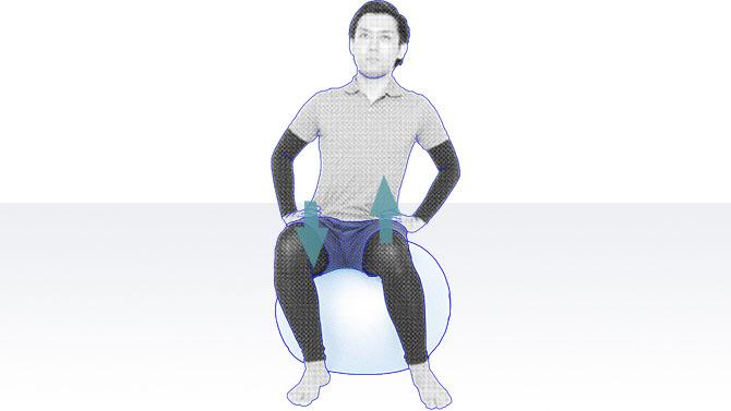 バランスボールの上に座るトレーニング2