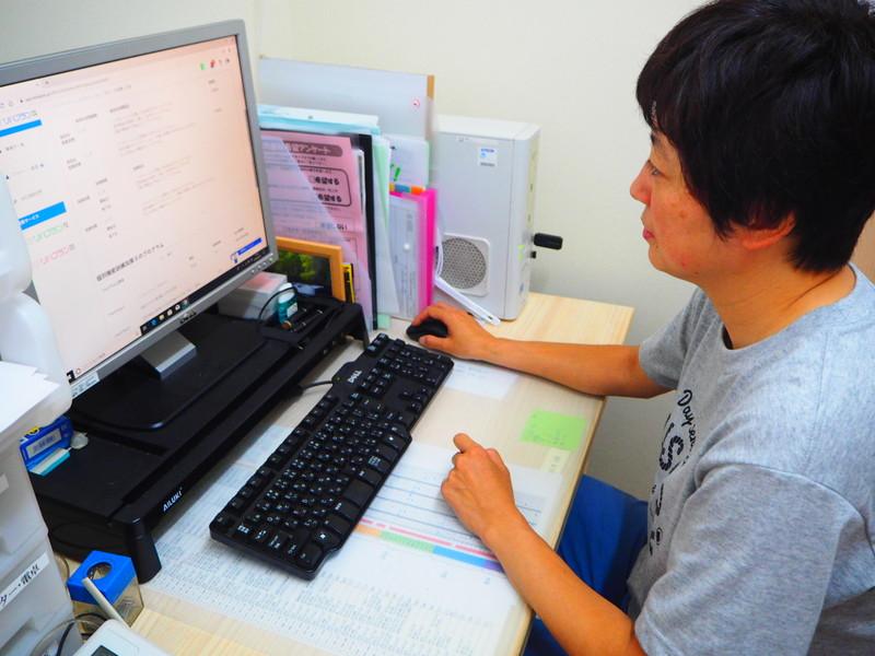 リハプランのパソコン操作をしているところ